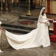 Uma noiva simples e elegante entra na Igreja com seu pai e irmã…